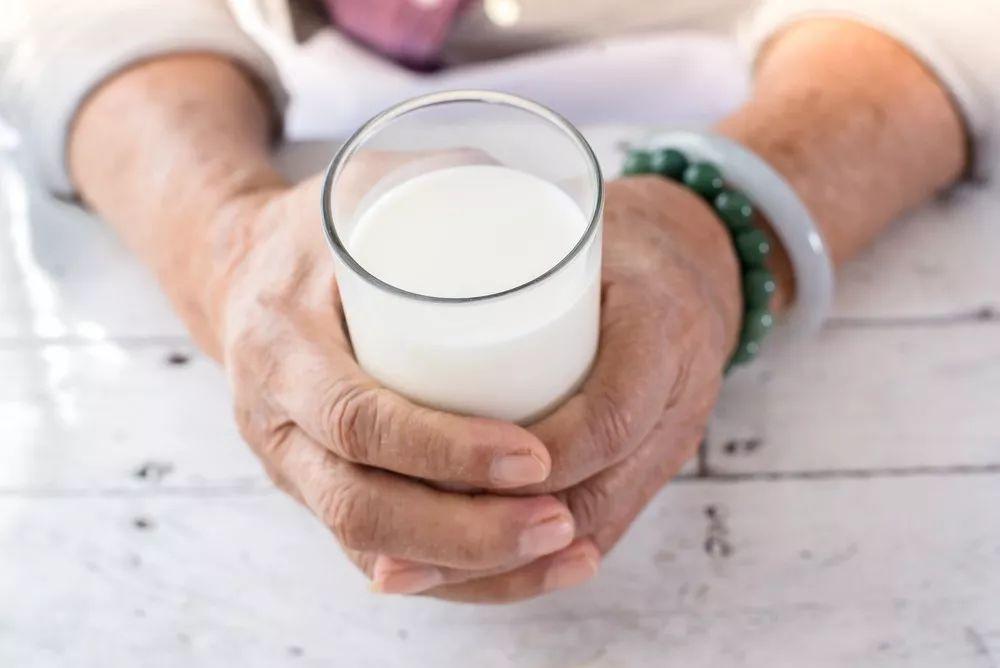 致癌、空腹不能喝?喝牛奶的 7 个真相,别被忽悠了