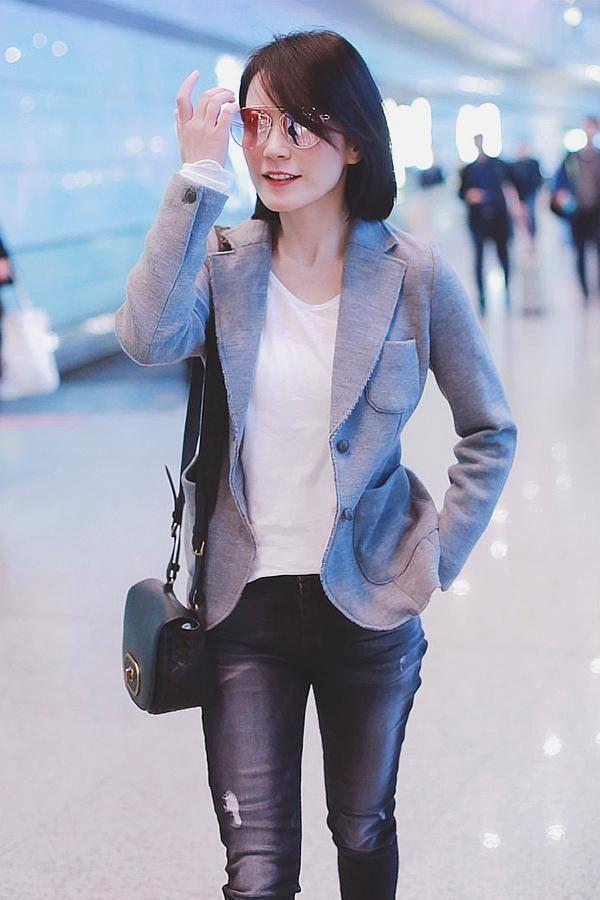 """47岁俞飞鸿OL范现身机场,网友:不说年龄以为是27,吃了""""防腐剂""""吧?"""