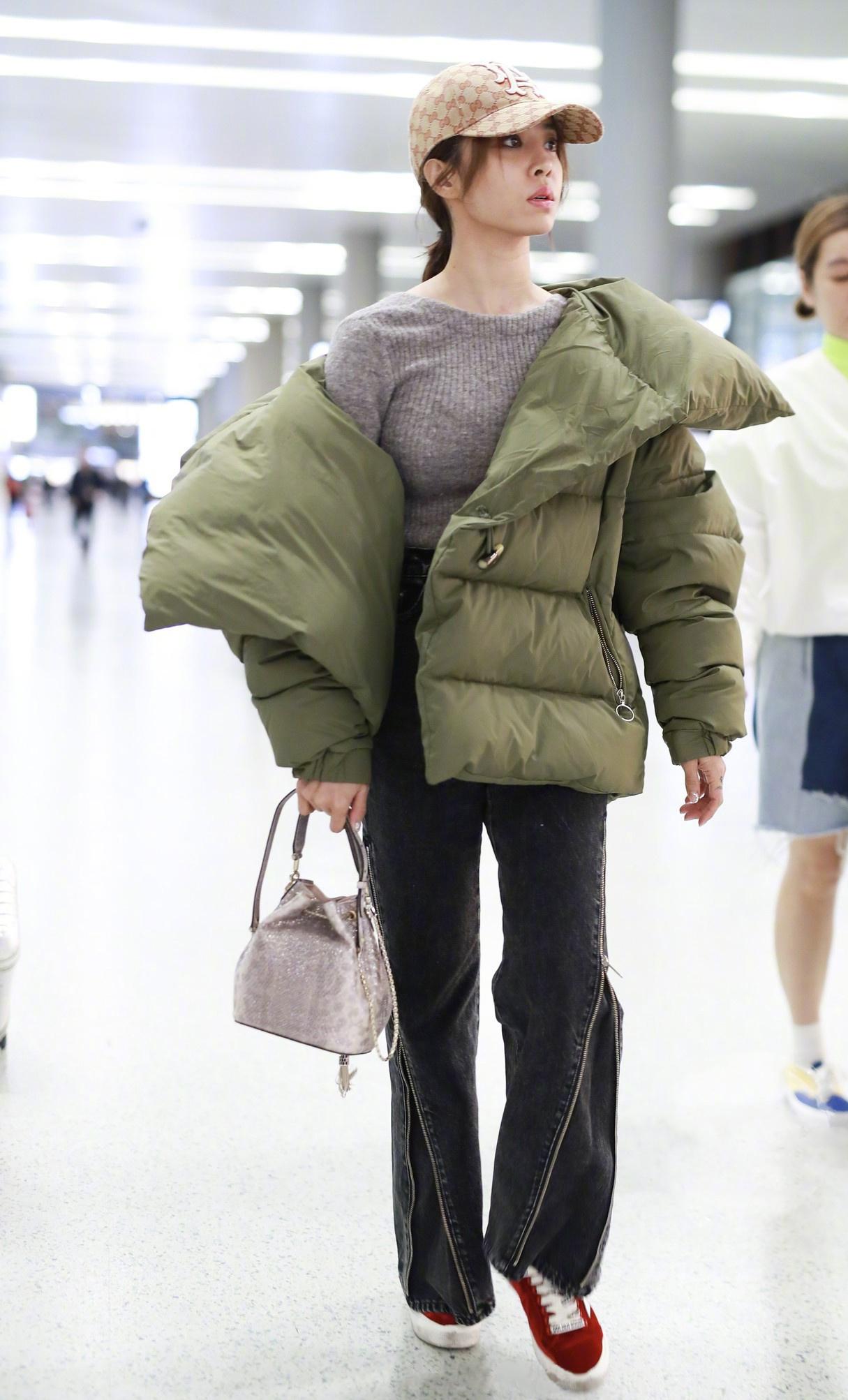 扯下衣領好時髦,蔡依林穿羽絨服不臃腫,搭配外套瀟灑有范