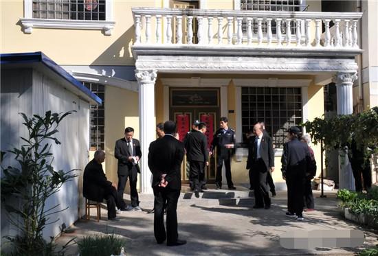 金湖法院集中警力强制腾空一对耄耋老人拒迁被拍卖房产
