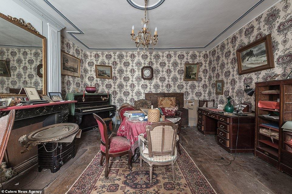 法国森林里一座庄园荒弃近十年,被发现时装修和家具保存完好
