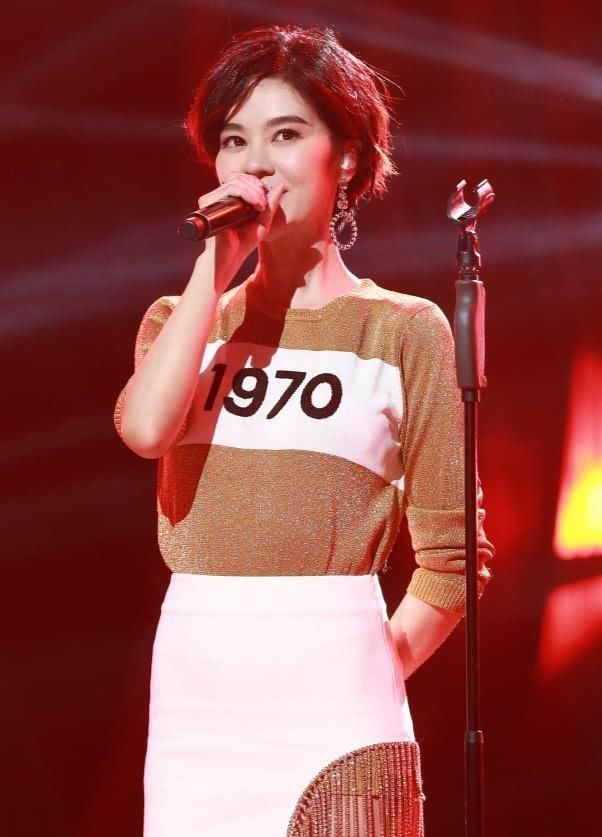 袁姗姗和郁可唯同穿流苏半身裙,一个美似天仙,一个腿粗辣眼!