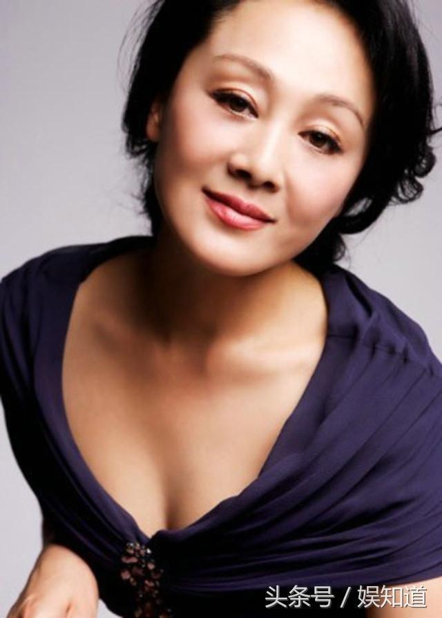 57歲的蔡明撞上56歲的王姬,整容過度和自然老去的臉差距太大了!
