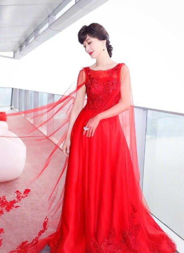 当49岁许晴和63岁赵雅芝同穿红裙,终于见识了最高级的少女感