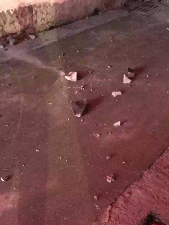 天降不明物体:屋顶被砸了脸盆大的洞 横梁都断了