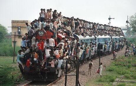印度火车冲入人群 伤亡惨重