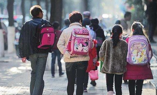 替孩子背书包被校长制止,家长:书包十几斤,驼背了谁管!