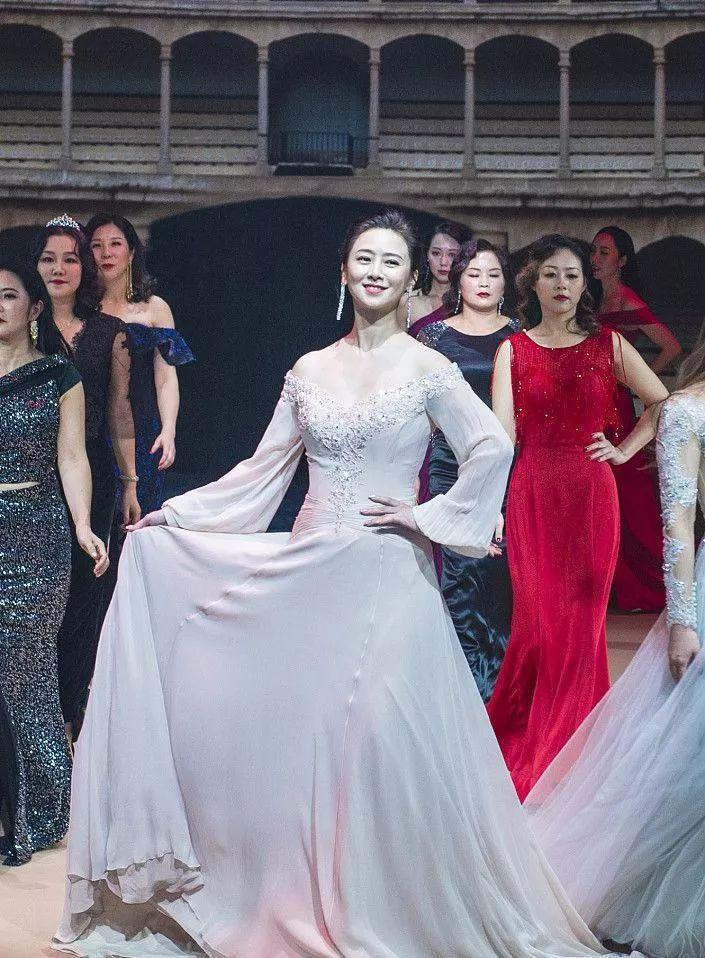 亚洲小姐翁虹50岁还不显老,网友:这身材不是装出来的,是真嫩!
