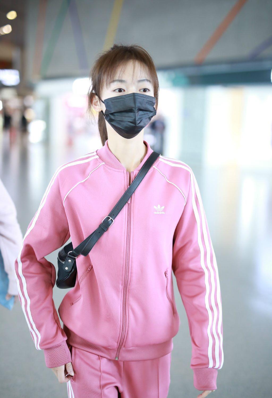 吴谨言一身粉嫩运动衣现身机场,网友:终于看起来不是骨头架子了