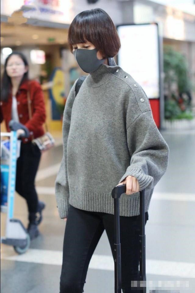 袁泉的气质太能扛,灰色毛衣搭黑色裤,也能穿出高级感!