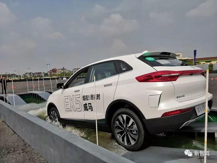 威马EX5上路实测:车标、智能旋转屏等具有辨识度但部分配置尚存