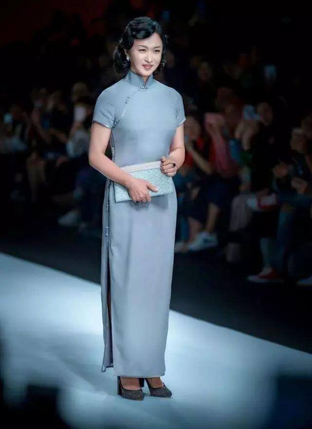 金星将旗袍穿成了标杆,比女人还女人,可穿错衣,身材就太魁梧了!