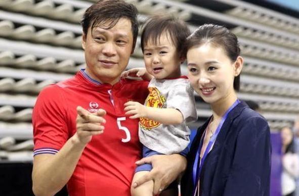 范志毅近照:49岁三段婚姻,两女儿外国籍,32岁老婆和大女儿超美