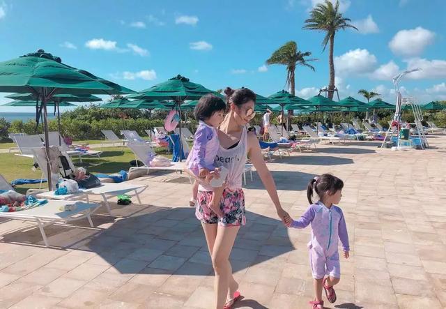 44岁贾静雯晒两个女儿戴墨镜合照,网友调侃傻傻分不清楚