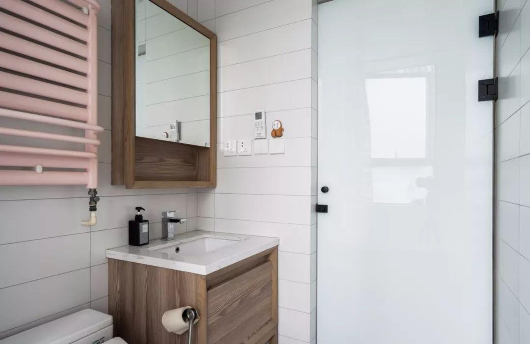 主卫,木色搭配白瓷洗脸盆,依旧是质朴的自然气息.
