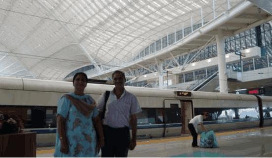 印度一对夫妻来中国旅游,刚下高铁,连连称赞:还是中国厉害