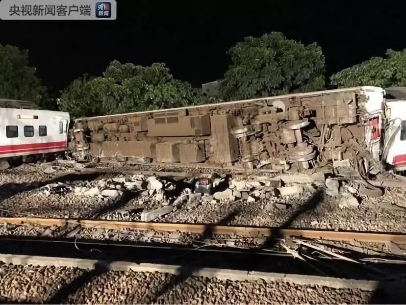 台湾列车出轨侧翻已致18人死亡 乘客讲述事发经过