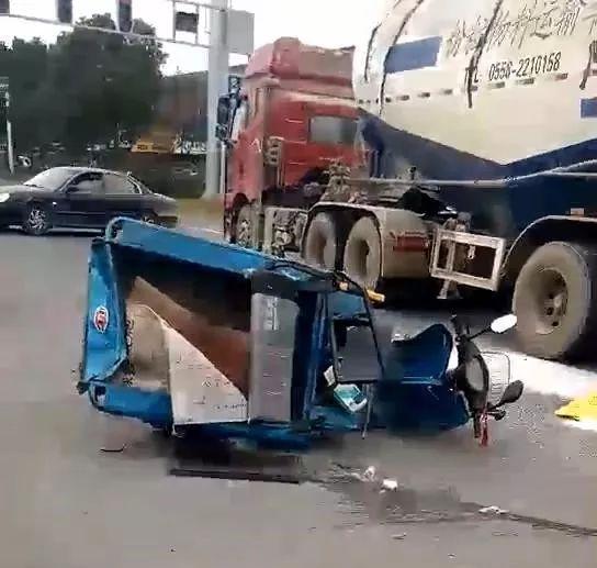 今天上午宜兴张渚西河桥发生车祸,倒地男子头颅血迹斑斑!