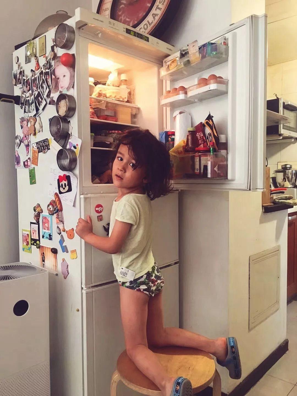 """5歲男孩每天給懷二胎的媽媽做早餐,懶媽媽""""裝死式""""育兒引爭議-華夏娛樂360"""