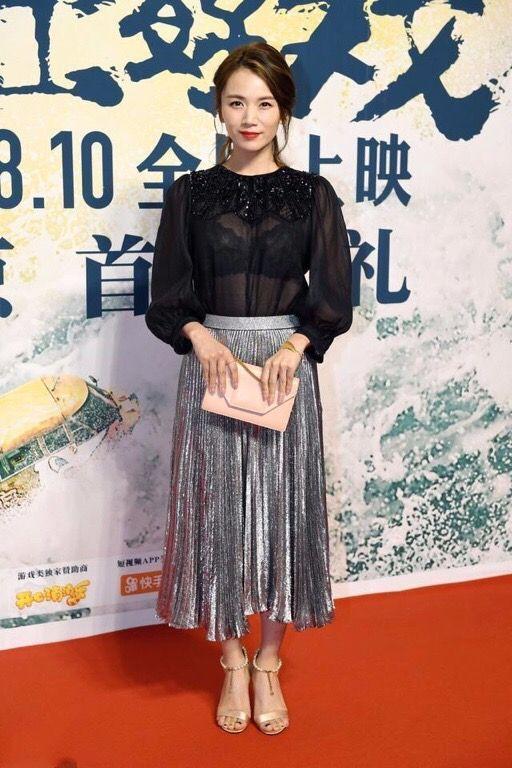 曹曦文脸像刘涛,穿衣服真不像,透视衫里面是黑色的吧?