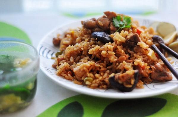 香菇鸡肉焖饭,香爆整个厨房,降温之后没有焖饭何以谈人生?