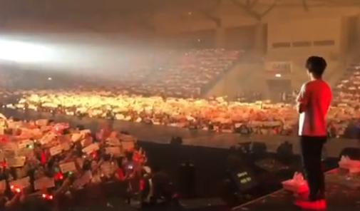 曼谷演唱会上演感人大合唱 献给今日的主人公:韩彬!