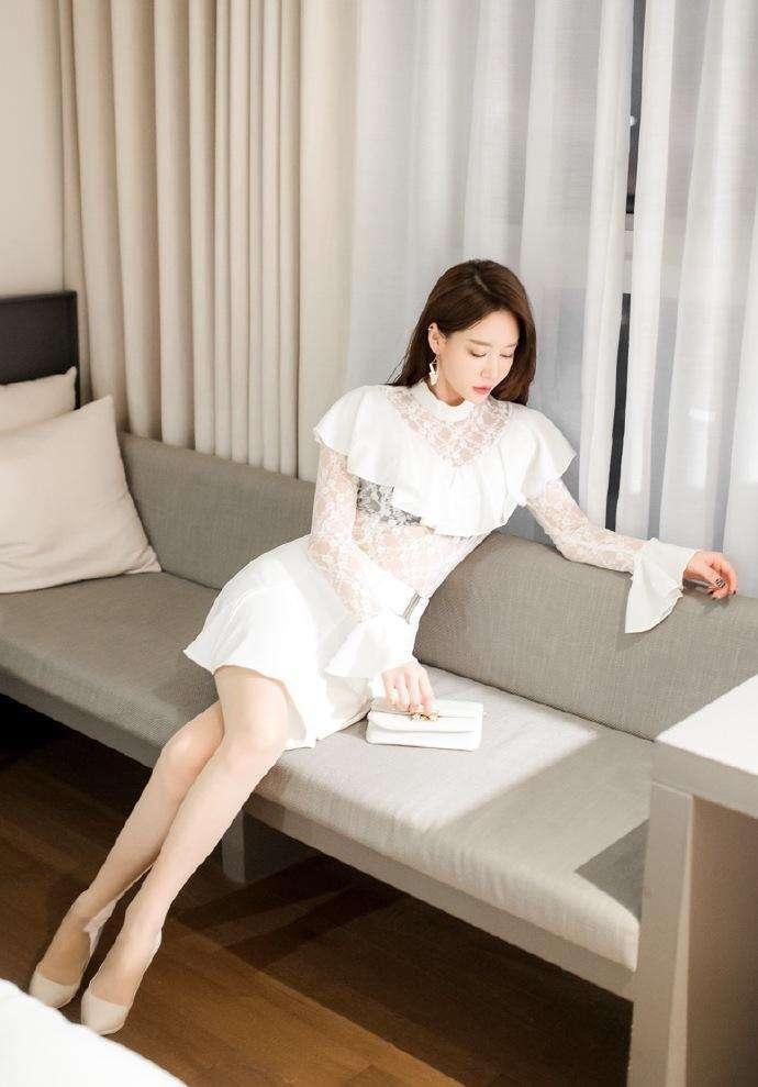 性感肉色丝袜: 精心的穿搭透视蕾丝衫, 尽显女性的柔美曲线与优雅姿态
