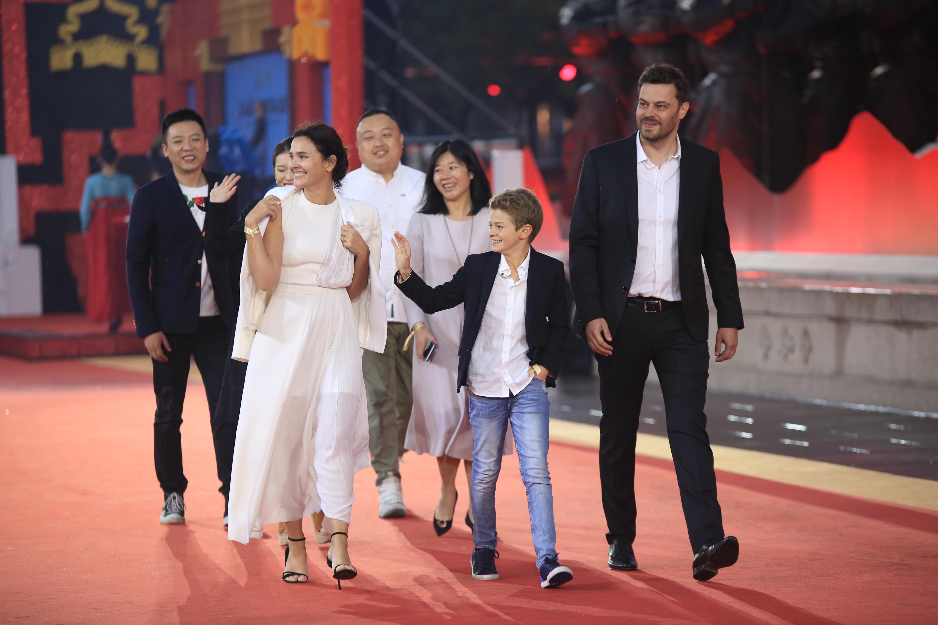 电影《苦儿流浪记》主创出席第五届丝绸之路国际电影节闭幕式红毯
