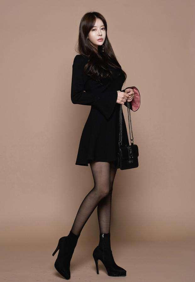 欧美丝袜性_性感黑色丝袜: 时尚气质潮搭, 在这个季节展示修长美腿完美身材!