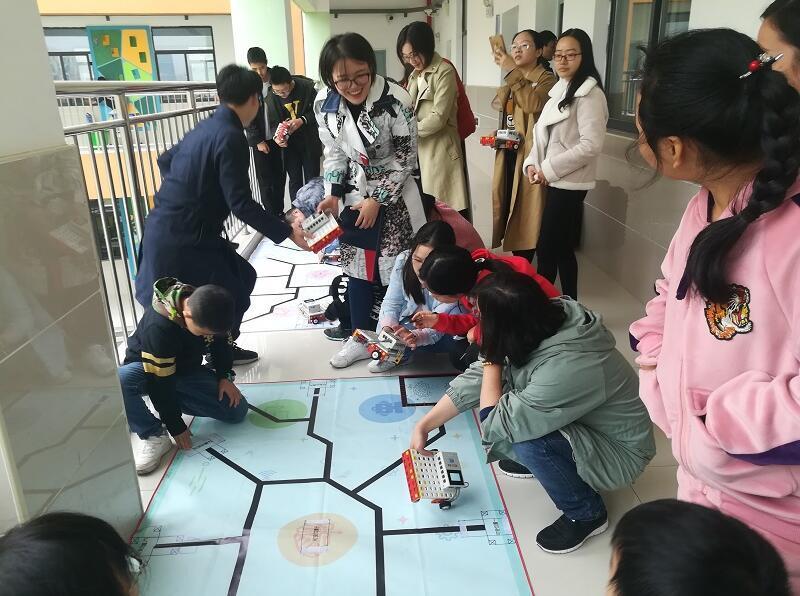 荆门高新区・掇刀区望兵石学校组织全体青年教师进行了创客项目的机器人培训