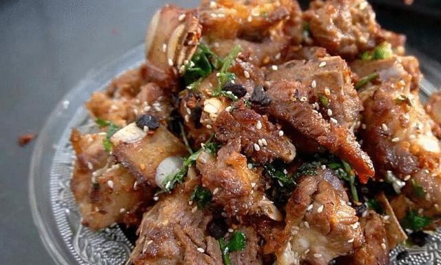 做排骨时,不要直接上锅炖,多加这一步,肉质滑嫩,更加入味