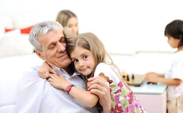 明明是奶奶帶大的孩子,為何會跟爺爺最親?專家分析完媽媽表示不服
