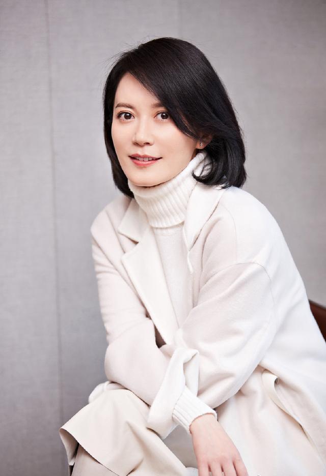 47歲俞飛鴻真厲害!身穿黑色魚尾裙登臺領獎美得驚艷,女人味十足