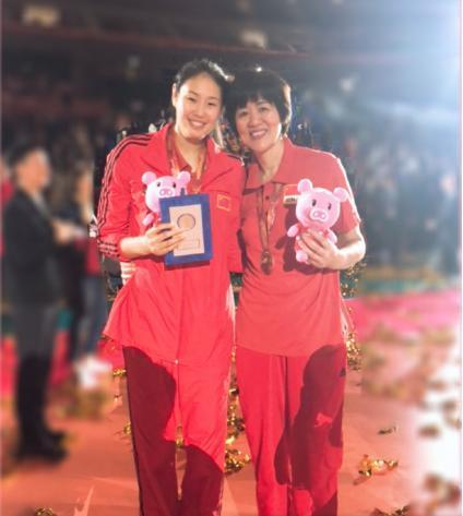赛场上有颜妮,看台上有徐云丽,大后方有赵蕊蕊,女排副攻三朵花