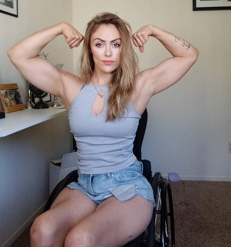 35岁美女因车祸而截瘫,每天坚持在轮椅上锻炼,成为最美健身模特
