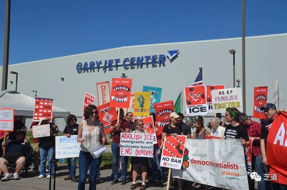 芝加哥盖里机场遣非移遭抗议呼吁取消其市政补助金_移民