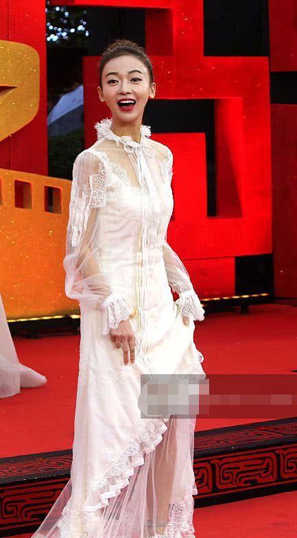 """吴谨言是有多""""落魄""""?穿着""""蚊帐""""就出席活动,这也太尴尬了!"""