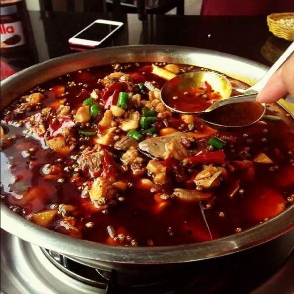 与锅中的猪骨鲜汤,红油混合在一起 图片来源:东方ic - 火锅兔 - 大足