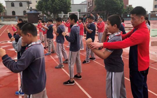 中国拳王走进校园传递拳击精神博盟体育颁发小拳王奖学金