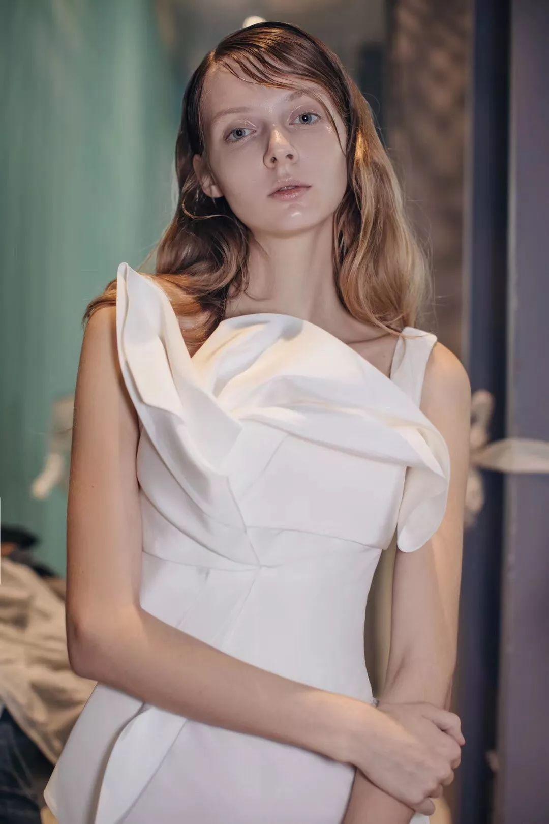 膨胀的仙女迪丽热巴,如今都敢穿婚纱出门了?