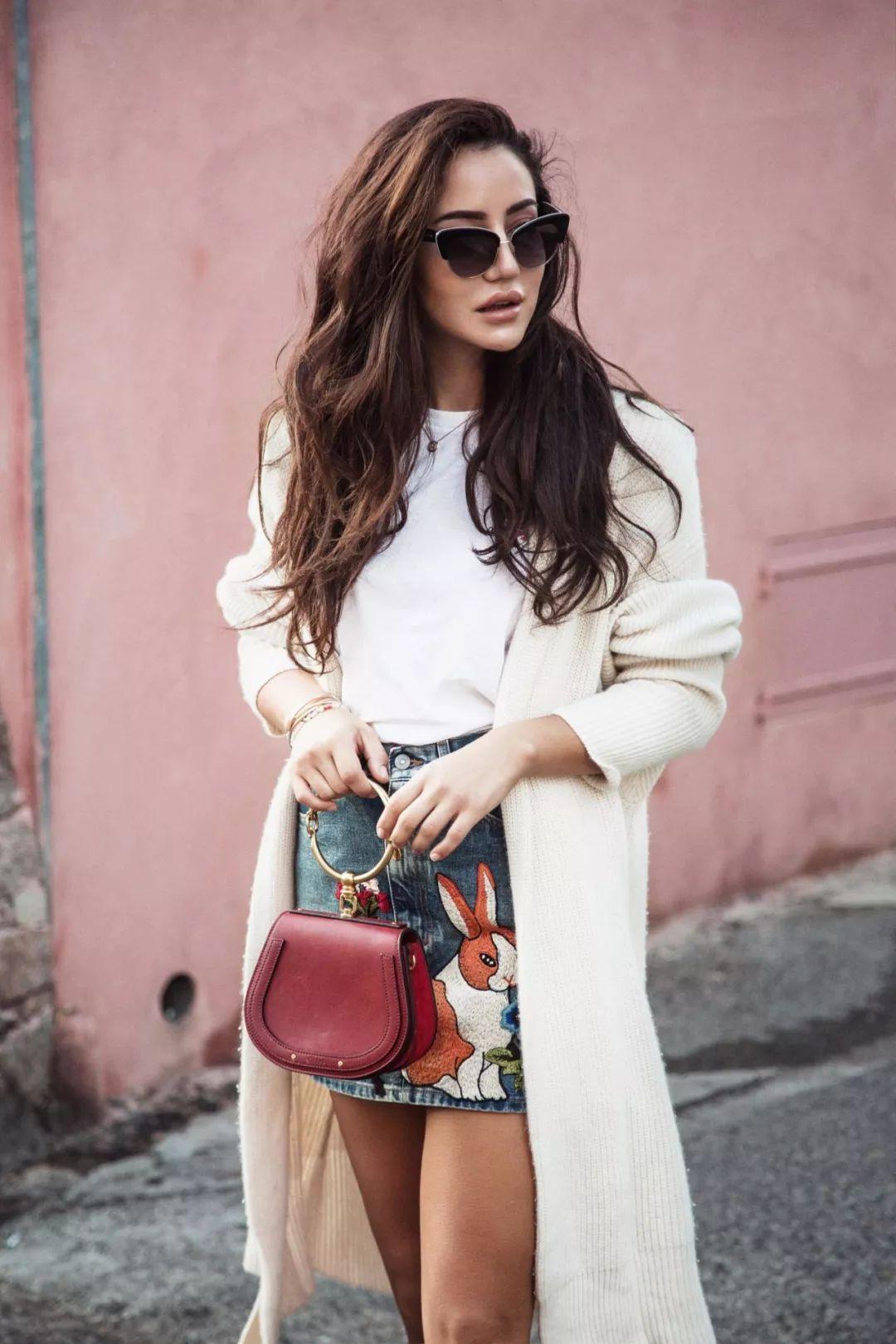 马思纯选择短款的针织开衫搭配印花半裙,温婉动人,又不失活泼俏皮.