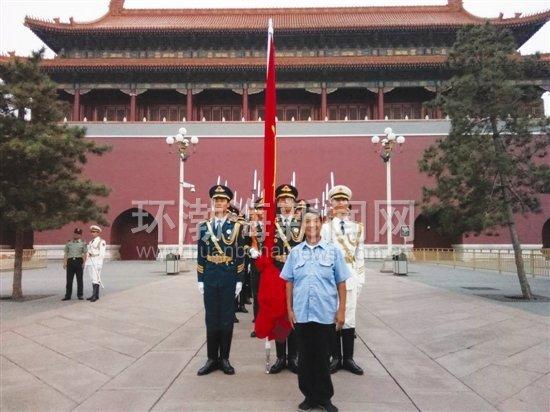 唐山铁路人贾潮江为天安门国旗护卫队战士义务理发30年图片