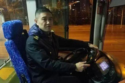 杨八里:高中女生遇暖心公交司机 社会有爱