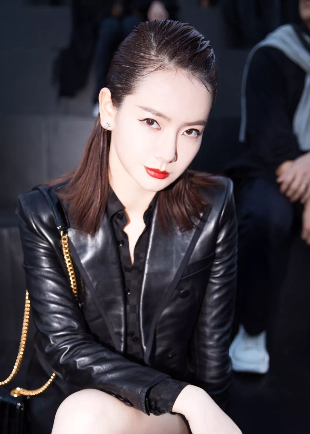 辣妈戚薇成为时尚界宠儿,堪称时髦最佳范本,真的是啥风格都能妥妥的驾驭