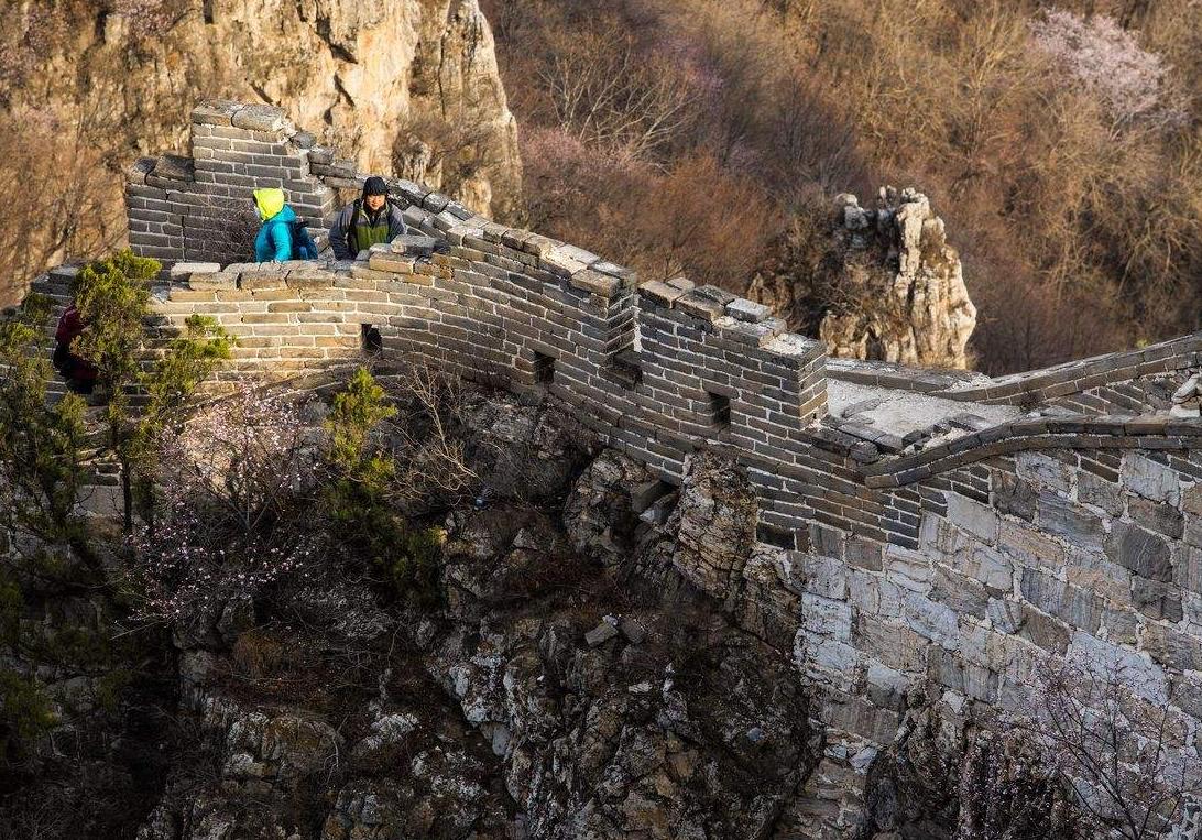 游客爬野长城坠崖,动用直升机救援,专家:游客应该自费