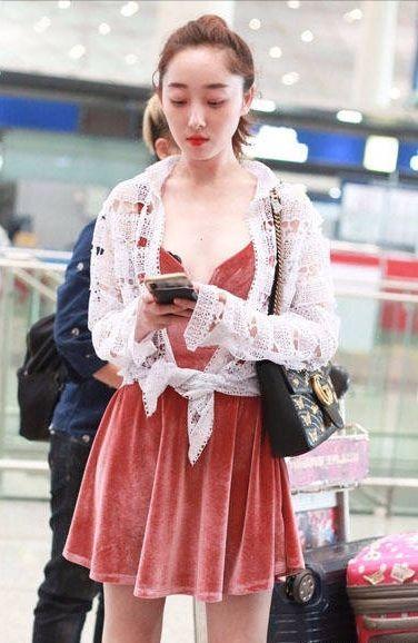 蒋梦婕机场穿吊带短裙大秀美胸,上半身遮不住,下半身也藏不住!