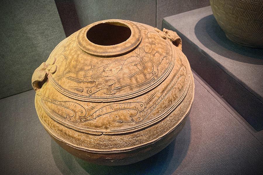 纹路精美的陶器,秦朝时期的文物.