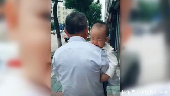 被姥爷抱走断奶,一周后宝宝再见到妈妈的时,接下来的举动好心疼