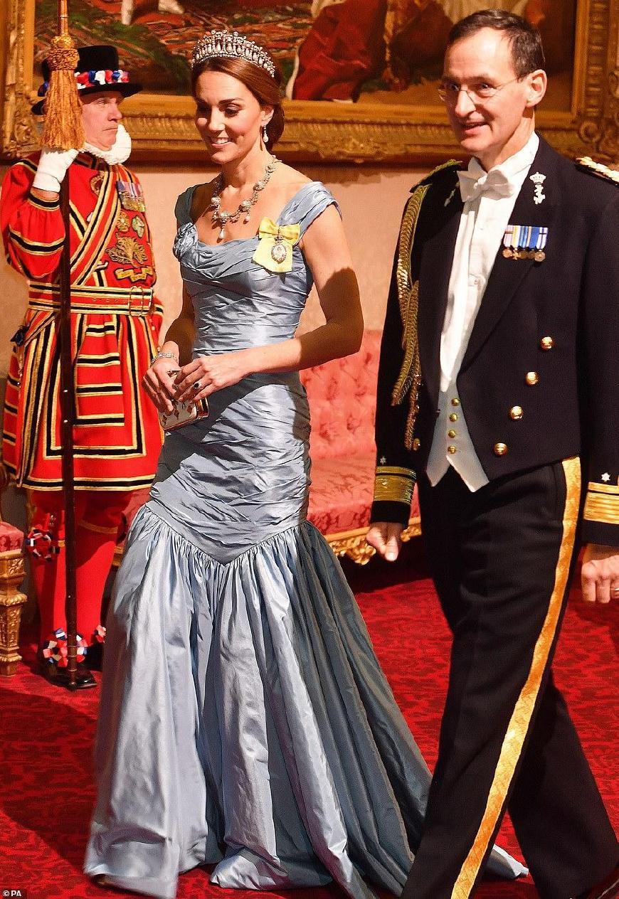 英国王室国宴凯特瘦成这样让人心疼,戴妃王冠重现卡米拉笑靥如花