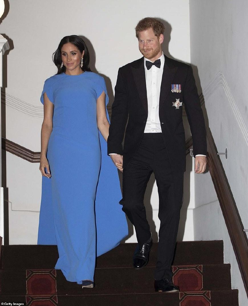 梅根斐济行本想优雅遇尴尬,帽子差点被吹掉,晚宴1万3蓝裙显黑啊
